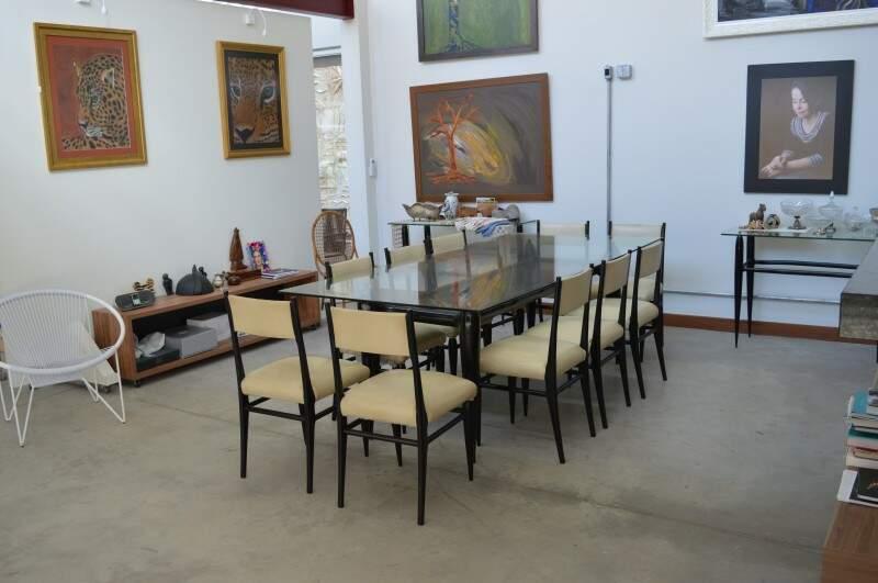 Na entrada, a mesa de jantar com mais de 70 anos, que foi de dona Lúcia Martins Coelho. (Foto: Thailla Torres)