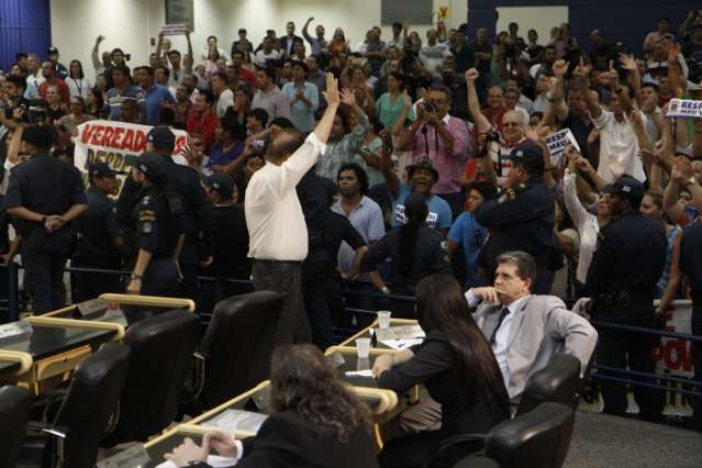 Bernal briga com aliados fieis, passa por CPI e quase é cassado em 2013