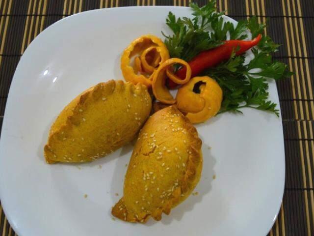 Saltenha de frango com pequi, massa também é preparada com gergelim. (Foto: Thailla Torres)