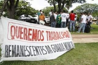 Remanescentes permanecerão em frente à prefeitura até receberam um posição do prefeito (Foto: Cleber Gellio)