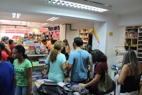 Consumidores formam fila para garantir material escolar em promoção