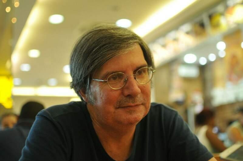 Raimundo é formado em Letras, trabalha na livraria do shopping há anos e é autor de livro. (Foto: Alcides Neto)