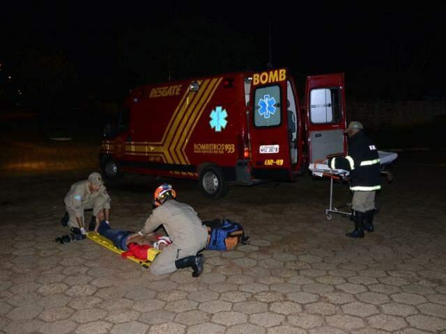 O jovem ficou inconsciente após ser agredido (Foto: Sergio Melucci/Rádio Portal News)