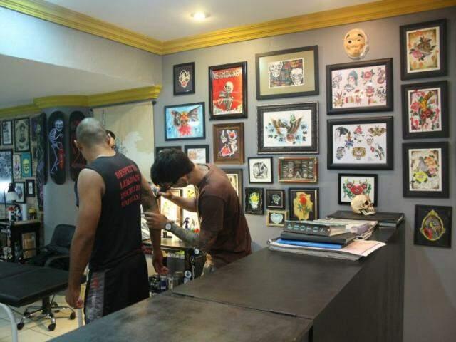 "Tatuagens na  ""Hard Work"" custam a partir de R$ 80,00 (Foto: Marcos Ermínio)"