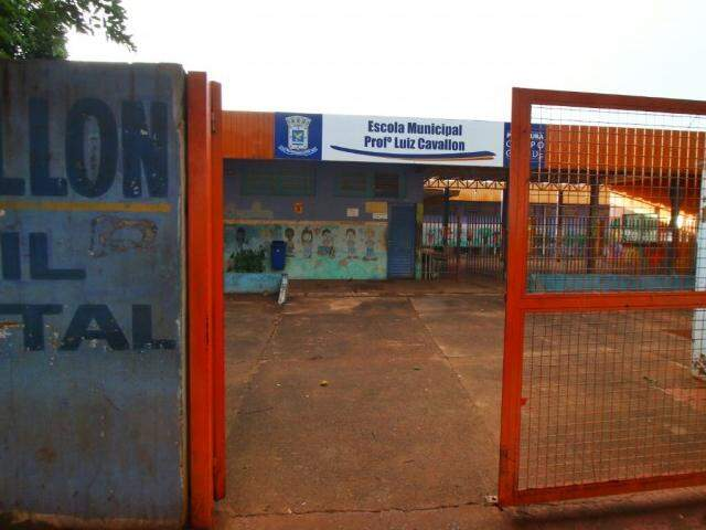 Segundo moradores, a escola foi invadida por grupo de vândalos  (Foto: André Bittar)