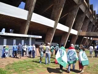 Torcedores começam a chegar para o jogo no Morenão. (Foto:João Garrigó)