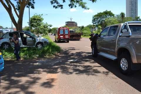 Colisão entre dois veículos termina em capotagem na Via Parque