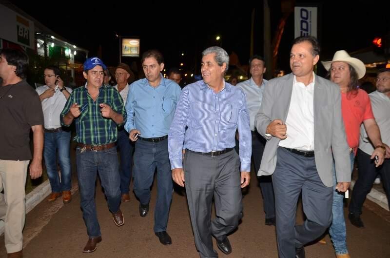 André caminha entre Bernal e Chico Maia (Foto: Vanderlei Aparecido)