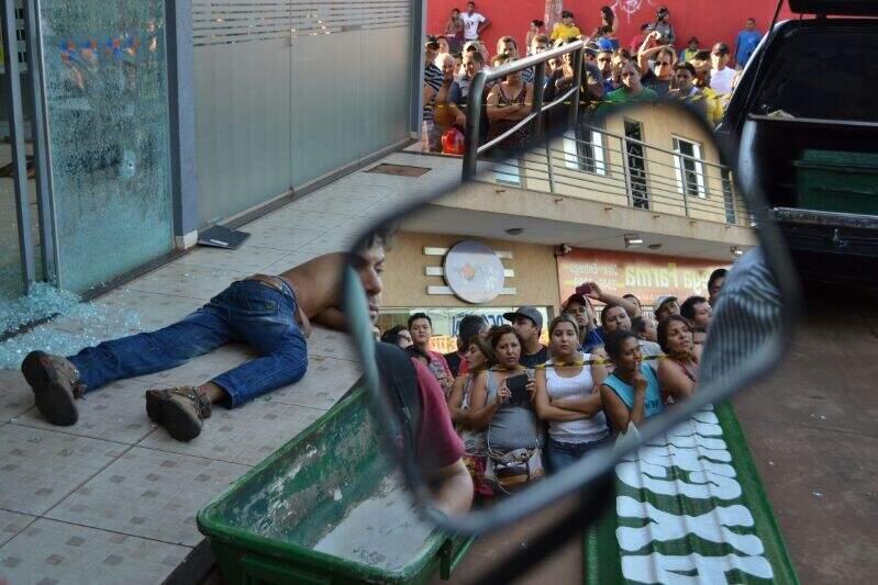 Multidão acompanha desfecho de crime no Conjunto Parati (Foto: Cleber Gellio)