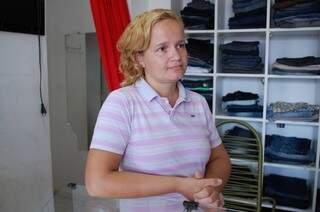 Gizelda investe no material de limpeza para amenizar o mau cheiro na loja. (Foto: Simão Nogueira)