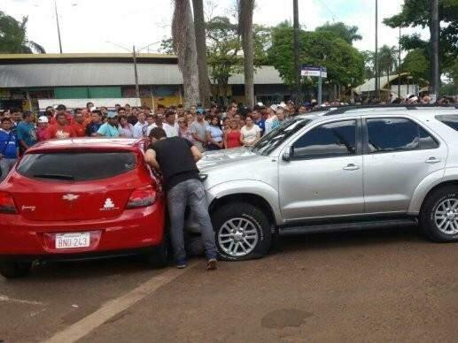 Caminhonete de pistoleiro foi cercada por Ônix e motorista metralhado (Foto: Última Hora)