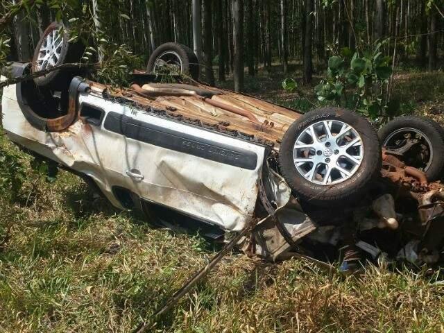 Veículo em que a vítima estava capotou várias vezes ao sair da pista e ficou destruído (Foto: Porã News)