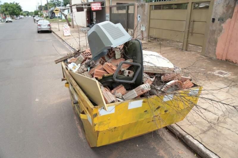 No Tiradentes, até uma TV velha foi jogada em depósito para sobras de materiais de construção (Foto: Fernando Antunes)