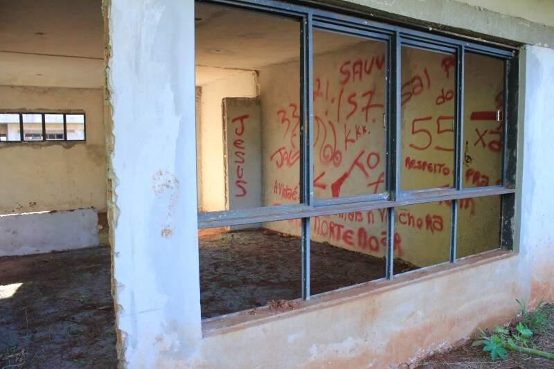 Vândalos picharam paredes do que seriam salas de aula em Ceinf que está sendo construído na Vila Marli (Foto: Arquivo)