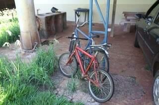 Bicicletas que o casal empurrava quando foi atingido pela caminhonete (Foto: Cleber Gellio)