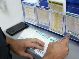 Os apostadores pediram para não aparecer na foto no momento de registrar os números na lotérica. (Foto: Paulo Francis)