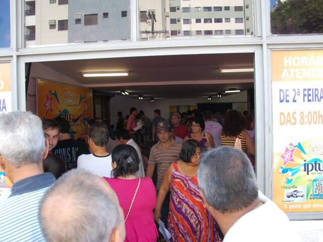 A Central de Atendimento do IPTU ficou lotada na manhã deste domingo.