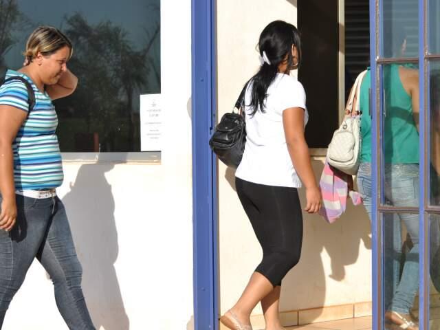 Trabalhadores entram pela portaria do setor de curtume nesta manhã. (Foto: Marlon Ganassin)