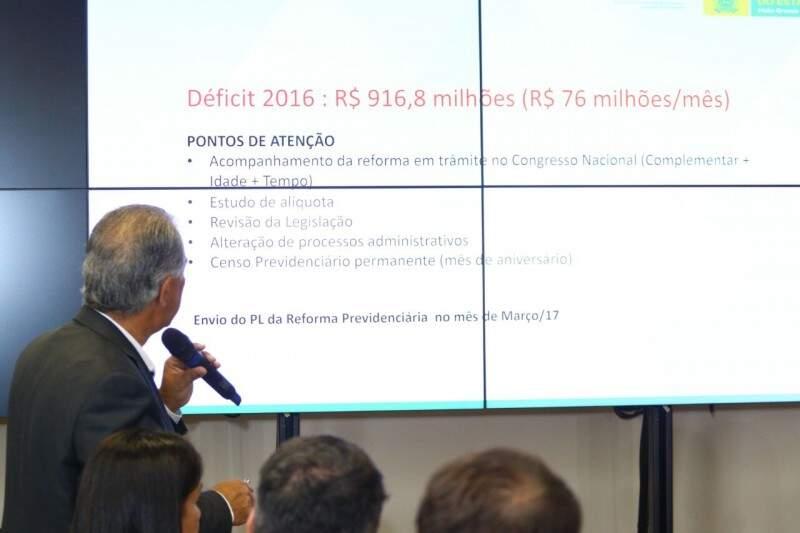 Governador mostra déficit da previdência durante coletiva. (André Bittar)