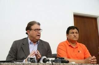 Secretário em exercício, Ivan Jorge, anuncia parcelamento de salários ao lado de sindicalista, Marcos Tabosa (Foto: Fernando Antunes)