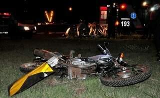Motocicleta ficou caída no canteiro da rotatória (Foto: Márcio Rogério/Nova News)