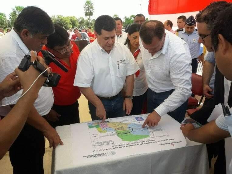 Horacio Cartes e o ministro Ramón Jiménez durante evento nesta sexta-feira (Foto: Carlos Almirón/ABC Color)
