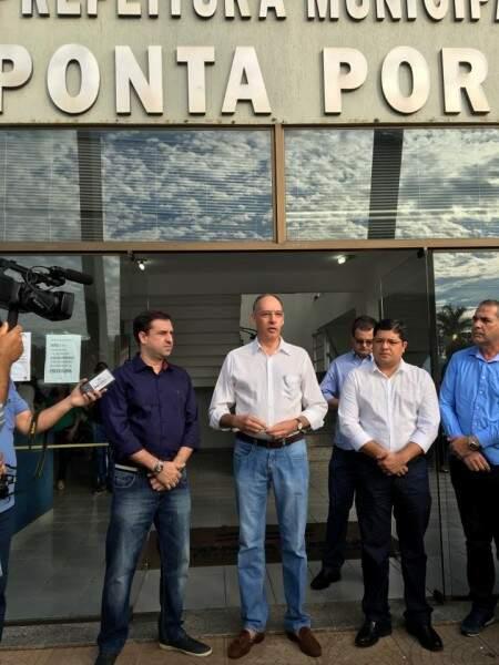 Entre o antecessor Ludimar Novais, de azul, e seu vice-prefeito, Caio Augusto, Peluffo assumiu o cargo hoje de manhã (Foto: Facebook/Helio Peluffo)
