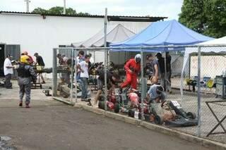 Pilotos se preparam para a disputa das provas que terminam o estadual de kart (Foto: Cleber Gellio)
