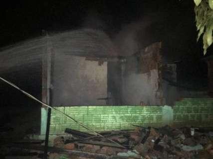 Casal ferido em incêndio que destruiu imóvel continua internado na Santa Casa