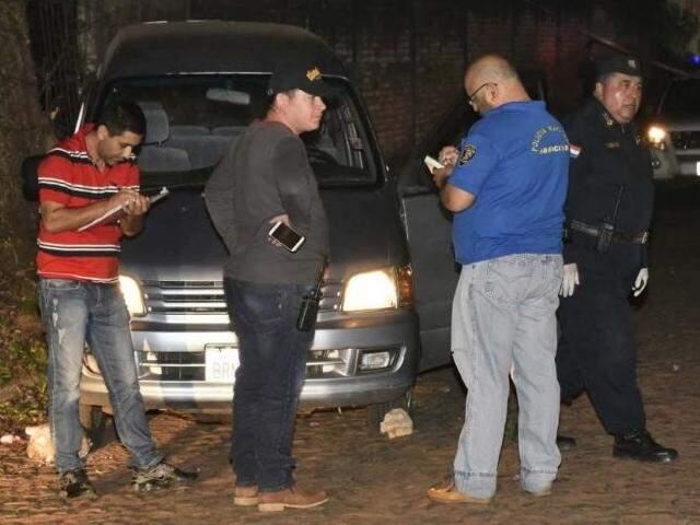 Policiais no local onde agente penitenciário e o filho foram mortos, em agosto, no Paraguai (Foto: ABC Color)