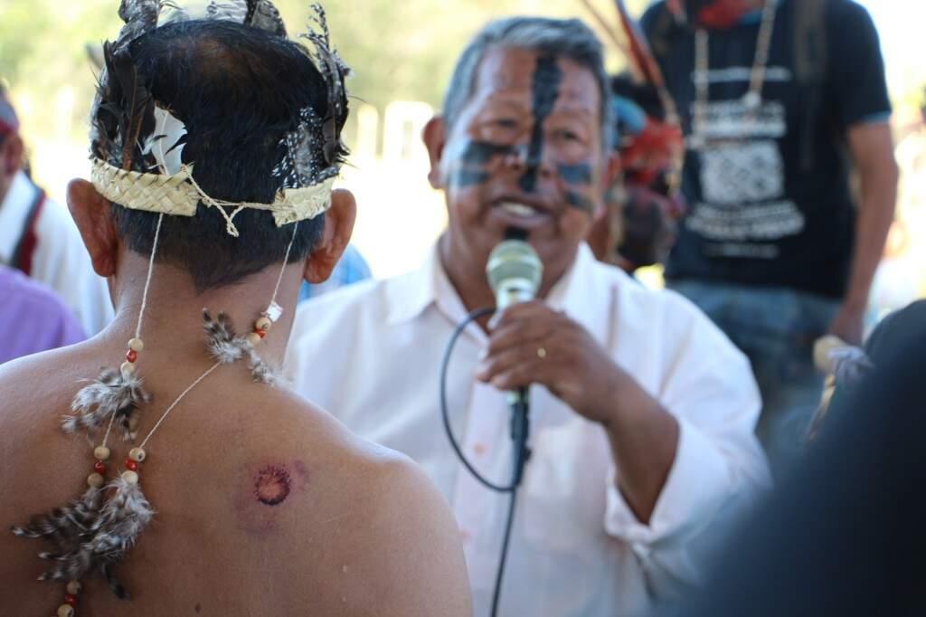 Índio com ferimento de bala de borracha nas costas (Foto: Helio de Freitas/Arquivo)