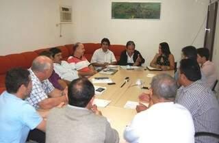 Secretários municipais de Itaquiraí durante reunião nesta quarta-feira para discutir corte de gastos (Foto: Divulgação)