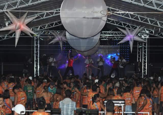 Blocos tradicionais não desceram avenida e festa ficou sem cara de Carnaval.