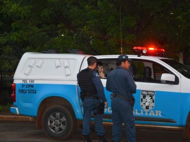 Policial ficou sob o olhar de PMs logo após cometer o crime (Foto: Simão Nogueira/Arquivo)