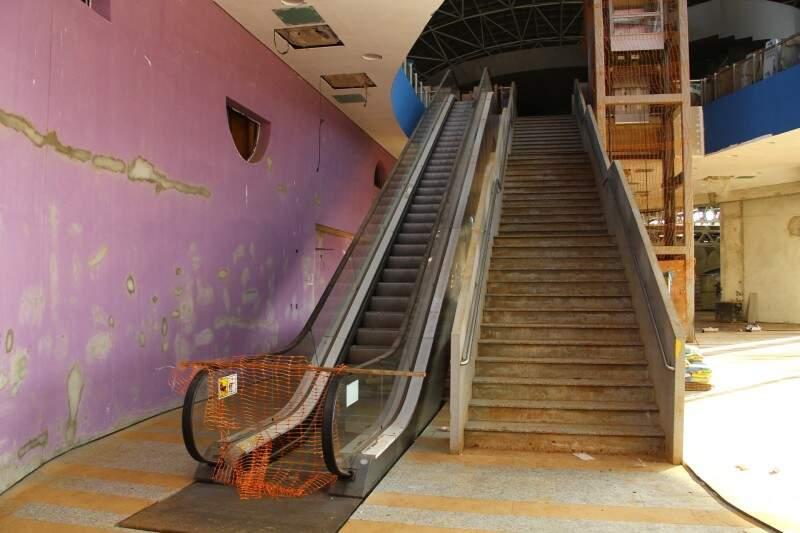 Escadas e elevadores já estão instalados no Aquário do Pantanal (Foto: Marcos Ermínio)