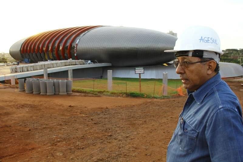 Engenheiro da Agesul guiou o Campo Grande News pelas obras do Aquário do Pantanal (Foto: Marcos Ermínio)