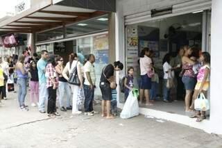 Clientes aguardam até um a hora para serem atendidos nas filas de Casas Lotéricas. (Foto: Cleber Gellio)