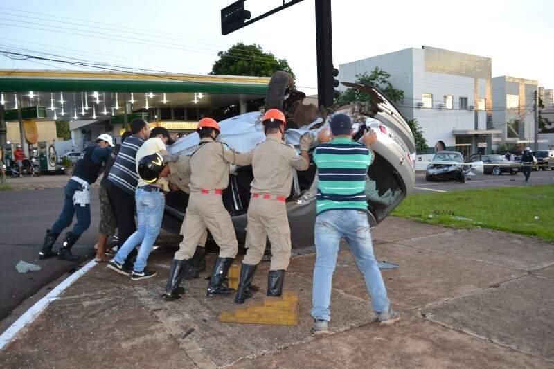 Bombeiros, policiais e populares viram veículo.
