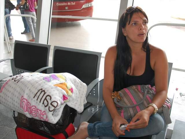 Cuidando a hora, a passageira ia voltar para Corumbá. (Foto: Paula Maciulevicius)