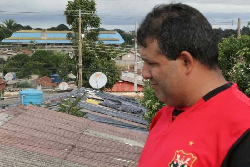 O pintor Marcio Henrique teve prejuízo de mais de R$ 1 mil com o vendaval. (Foto:Marcos Ermínio)