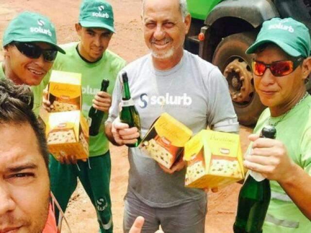 Leandro fez uma surpresa aos colegas que trabalham no caminhão de lixo. (Foto: Arquivo Pessoal)
