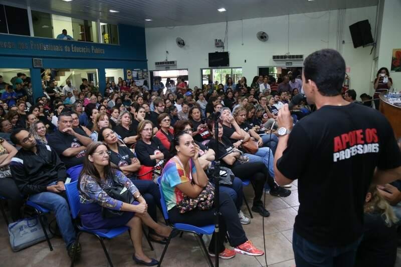 Professores durante assembleia na ACP (Foto: Fernando Antunes/Arquivo)