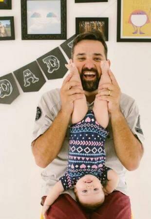Maria Flor se divertiu no colo do pai. (Foto: Pri Mota)