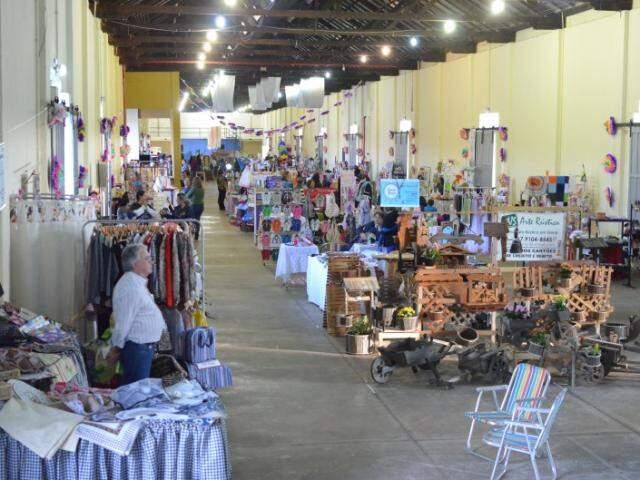 Com aproximadamente 80 artesãos, dessa vez até móveis em madeira entraram na exposição. (Foto: Vanessa Tamires)