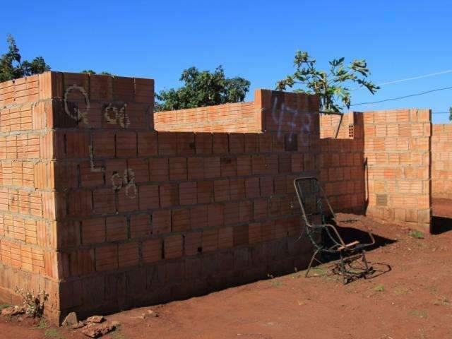 Inacabadas e prestes a destelhar, casas são risco para moradores