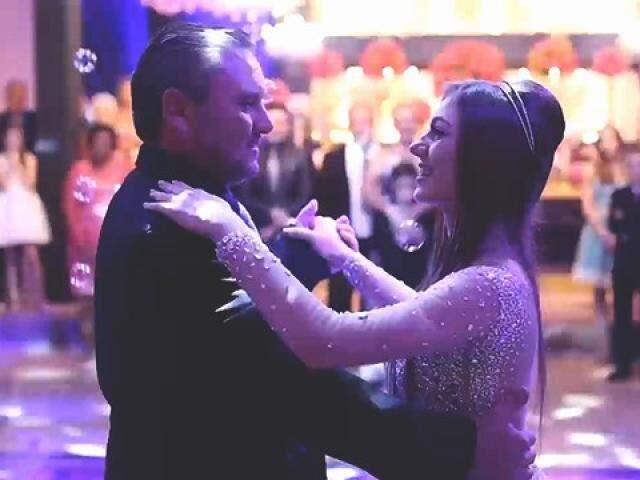 Amanda brilhou ao lado do pai dançando Mercedita. (Foto: Reprodução Focus Cine)