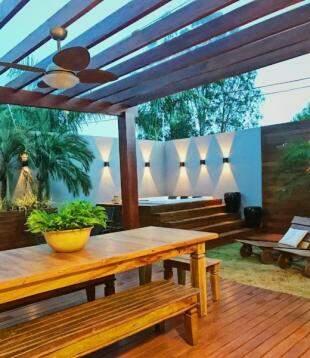 Com madeira e projeto de iluminação, espaço ficou aconchegante de dia e de noite. (Foto: Daiana Capuci)