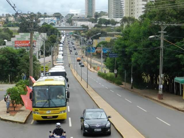 Por cerca de uma hora, ônibus fecharam uma das pistas. (Foto: Elverson Cardozo)