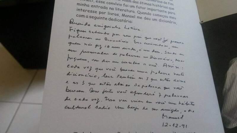 A dedicatória que vinha junto do dicionário que Letícia ganhou quando menina e fez parte de livro.