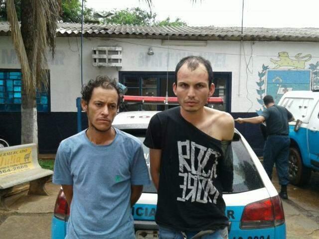 Erimar e Giovani logo após a prisão no 1º Batalhão do Pelotão Coophatrabalho. (Foto: Divulgação Policia Militar)